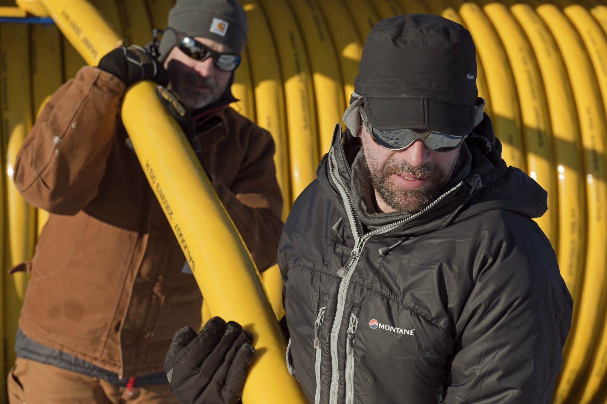MSiegert 157 Dom Martin taking the borehole hose to the wellhead
